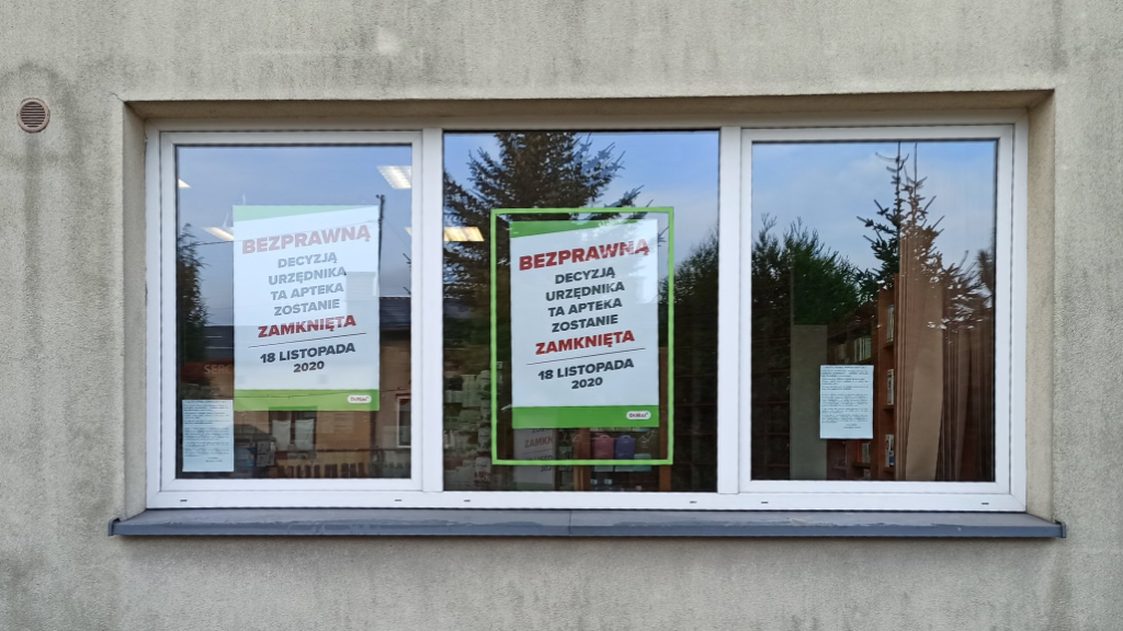 W oknach apteki wywieszono plakaty informujące o zamknięciu (fot. Bartłomiej Byczkiewicz)