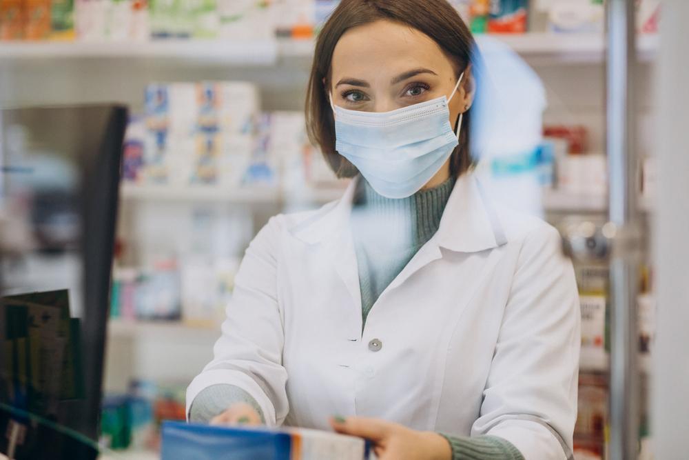 Nałożenie na farmaceutów obowiązku ciągłego doskonalenia zawodowego sprawia, że dysponują oni szeroką i aktualną wiedzą medyczną (fot. Shutterstock)