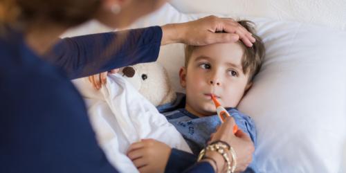 Dziecko z gorączką i/lub bólem – czy wiesz co zarekomendować małemu pacjentowi w aptece?